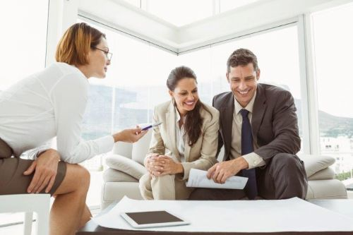 courtier immobilier et clients_real estate agent and clients
