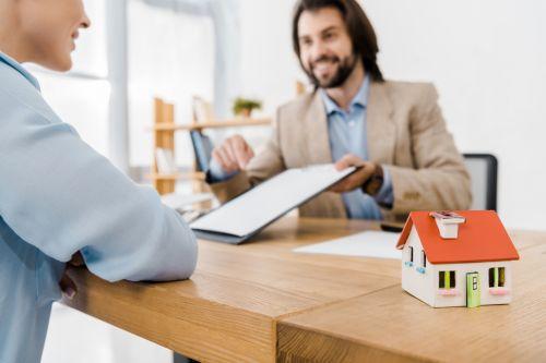 courtier immobilier et client_real estate agent and client