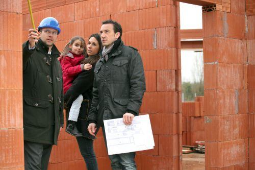 inspecteur en bâtiment avec famille_building inspector with family
